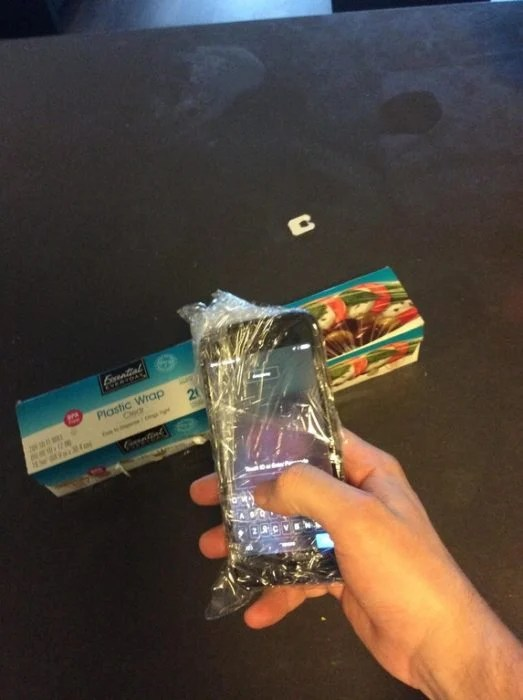 celular envuelto en papel wrap