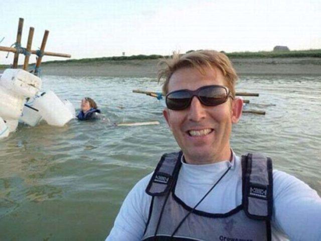 hombre se jala selfie mientras otro se está ahogando