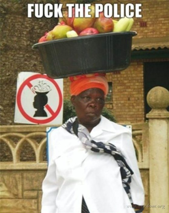 señora con un cesto de frutas en la cabeza