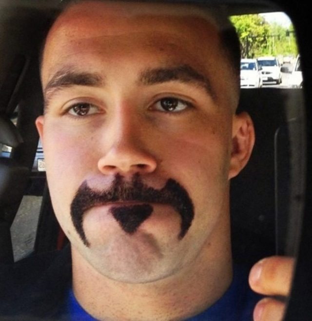 chico con bigote de batman