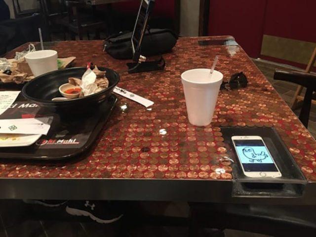 mesa con compartimiento para celular