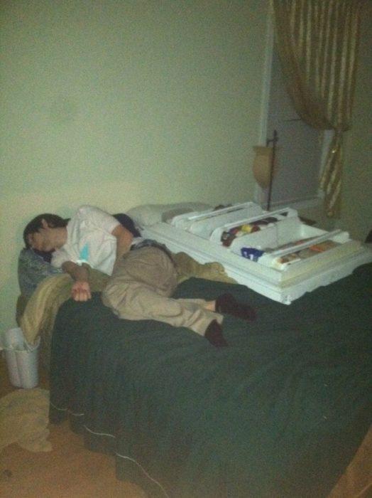 borracho en cama que al lado tiene una puerta de refrigerador