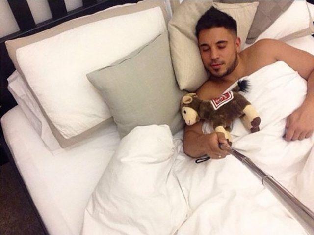 hombre haciéndose el dormido se jala una selfie