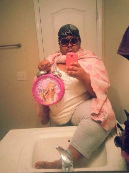 chico de color robusto con una capa rosa y reloj de hannah montana