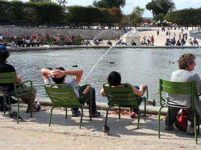 hombre sentado frente a un lago y una fuente semeja su orina
