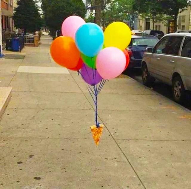 pizza atada a globos