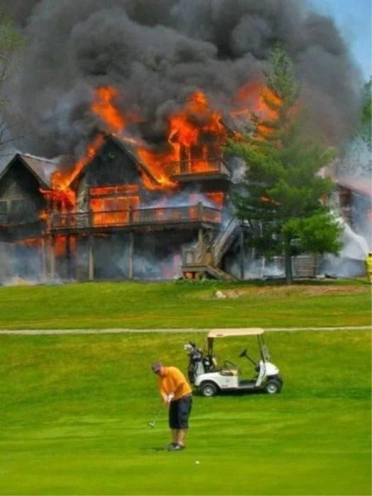 hombre jugando golf frente a una casa en llamas