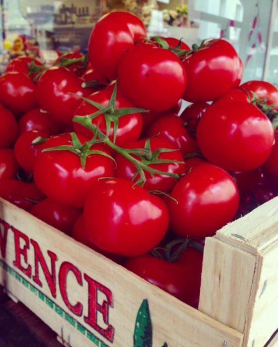 tomates en una caja de madera