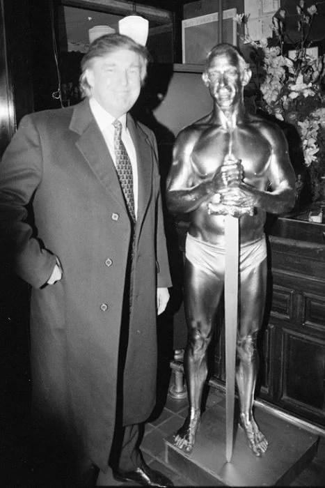 trump posando con escultura humana 1996
