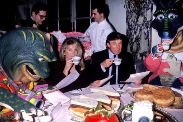 trump bebiendo el té con dinosaurios 1992