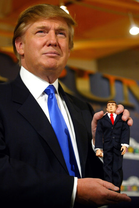 trump y su muñeco 2004