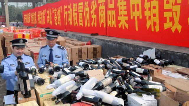 oficiales mirando botellas de vino
