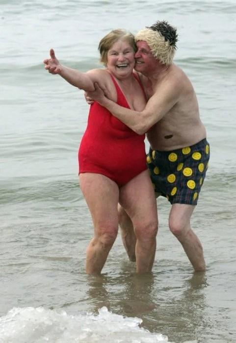 viejitos enamorados playa