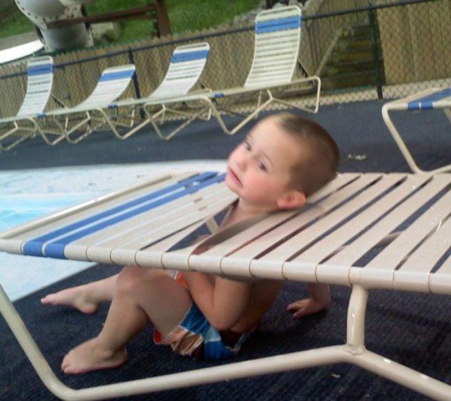 niño atrapado en una silla en la alberca