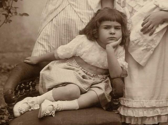 Frida de niña hacia molesta