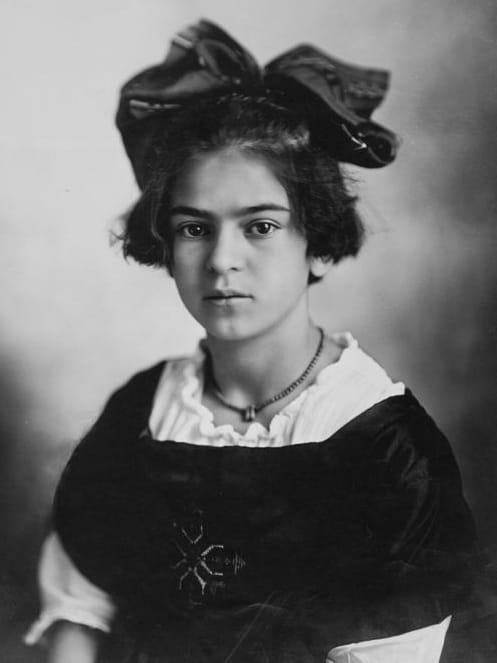 Frida Kahlo de niña con pelo cortometraje y moño grande