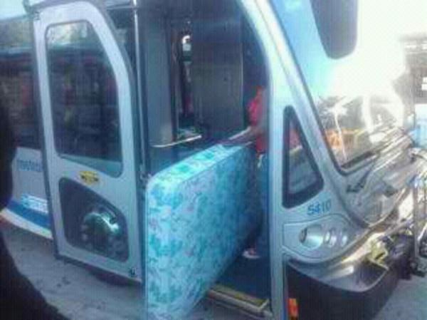 Mujer desea meter jergón al autobús