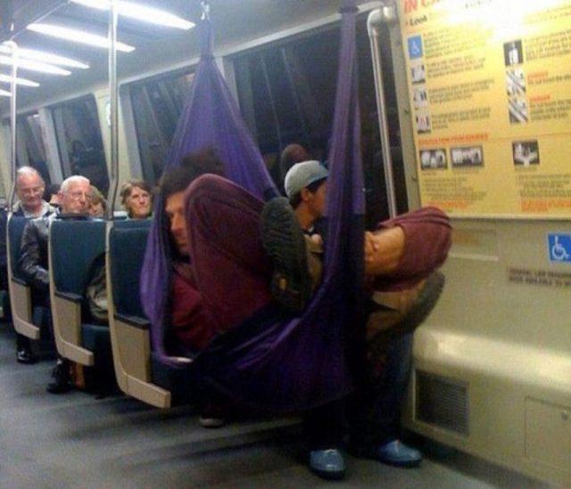 Hombre en hamaca en el transporte público