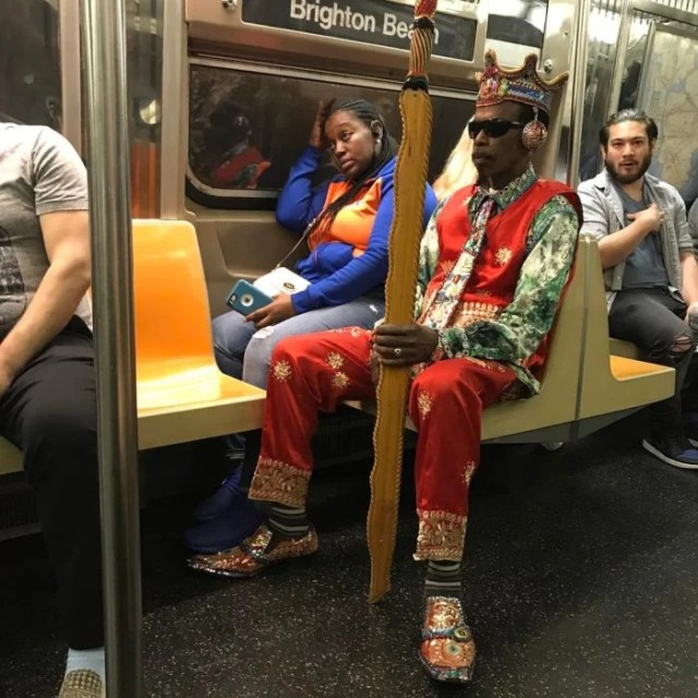 hombre vestido de rey en el metro