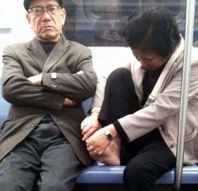 mujer cortándose las uñas en el metro