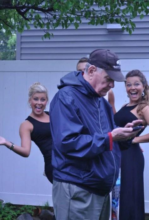 abuelo se atravesó en la fotografía