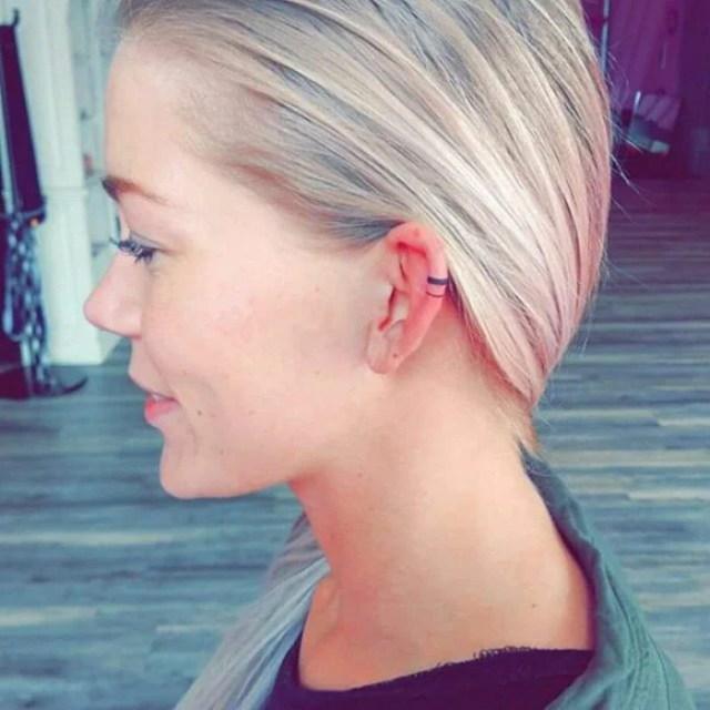 Tatuaje sencillo de una linea horizontal en el cartilago