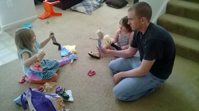 papá jugando a las barbies con sus hijas