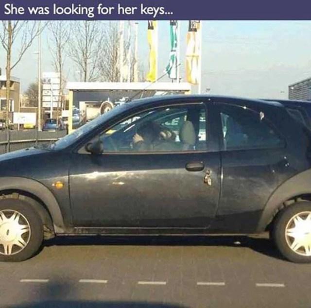 mujer dentro del vehículo búsqueda las llaves que dejo fuera