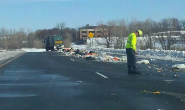 camión de basura tirando su contenido a lo largometraje del camino