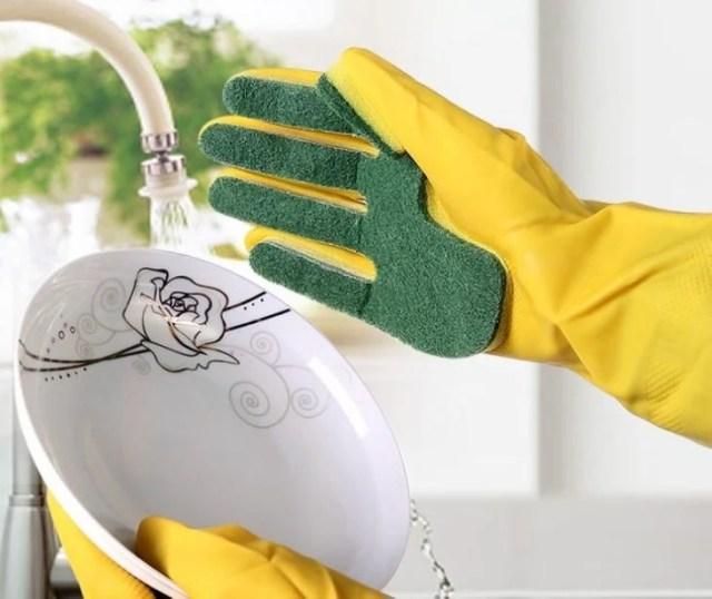 guantes con una fibra para lavar los trastes