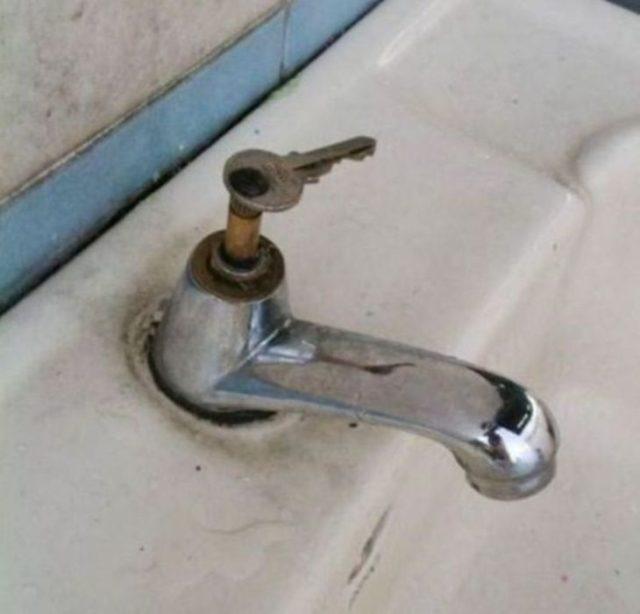 llave en lavabo ingenio casero