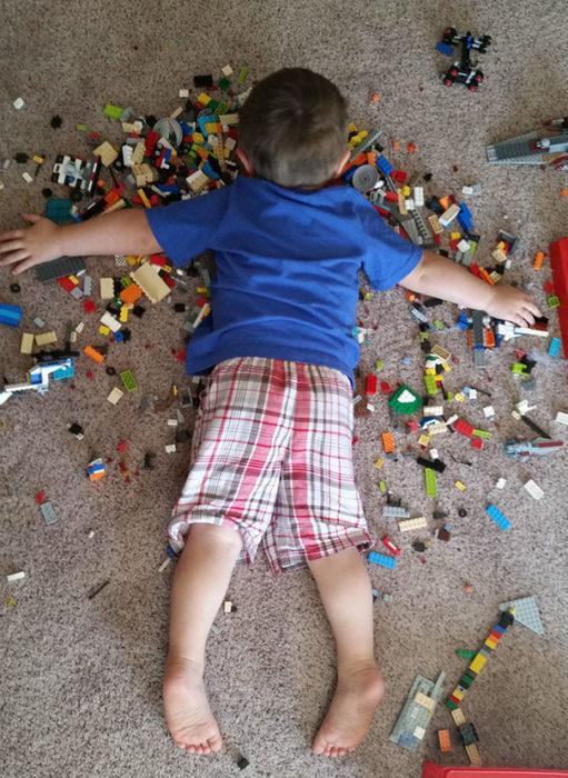 Niño durmiendo sobre piezas de lego