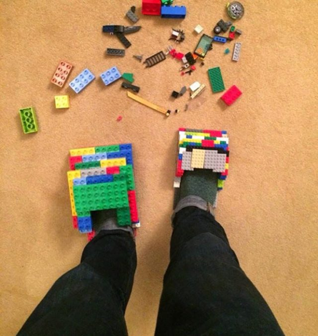 Zapatos hechos de lego para eludir legos