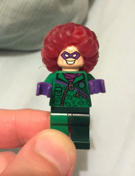 Lego con frambuesa en cabeza cual su fuese cabello
