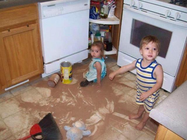 Niños haciendo desastre en la cocina