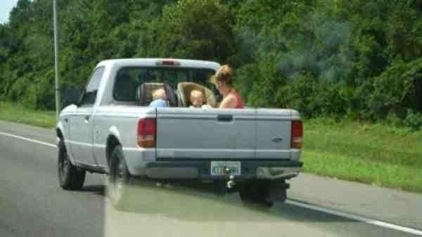 Mamá con 2 bebés en caja de camioneta