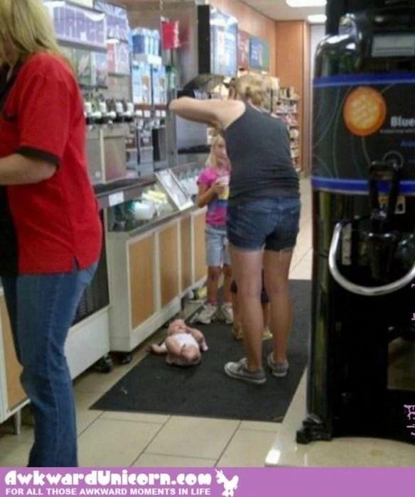 Mamá permite en el apartamento a bebé mientras se sirve bebida