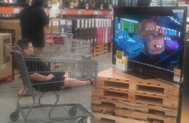 Niño frente a tv en supermercado