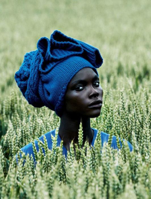 mujer vestida de azul