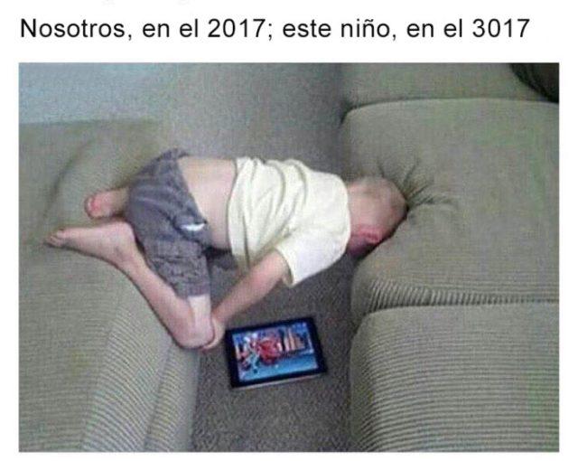Vida en 3017 - niño viendo tablet