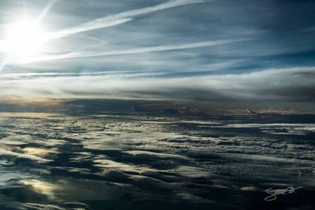 Formas de las nubes por el fuerte viento sobre el Atlántico