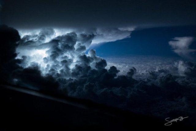 Gran nube cargada de rayos próxima a las costas de Jamaica