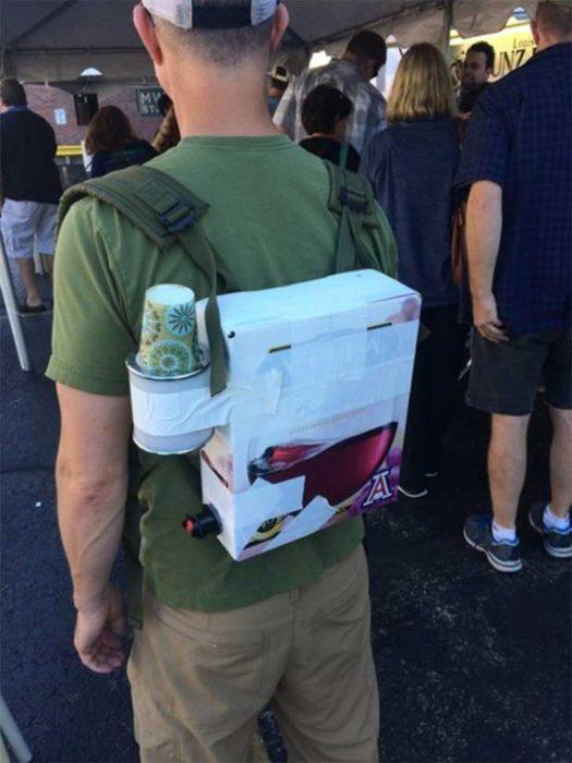 caja de cervezas acomodada cual mochila