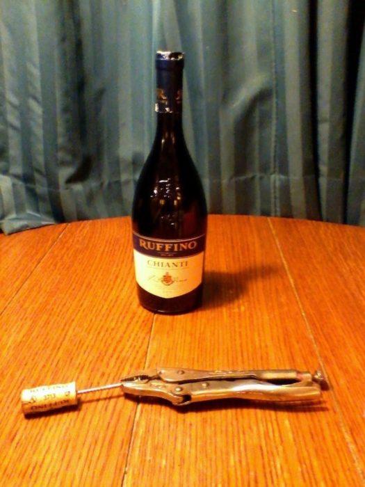 botella de vino abierta con una tornillo y pinzas