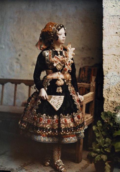 fotografía vieja de una niña con un elenco en España