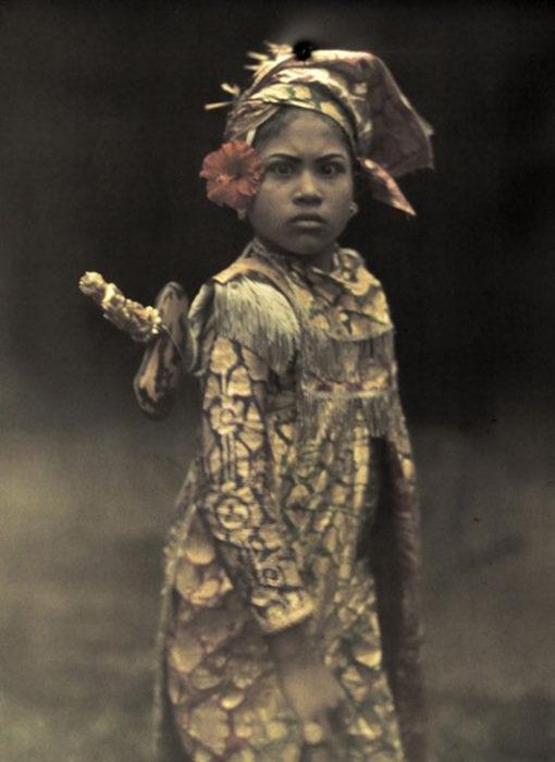 fotografía vieja de niña vestida de guerrero