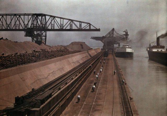 barcos se aproximan a puerto para descargar hierro en ohio
