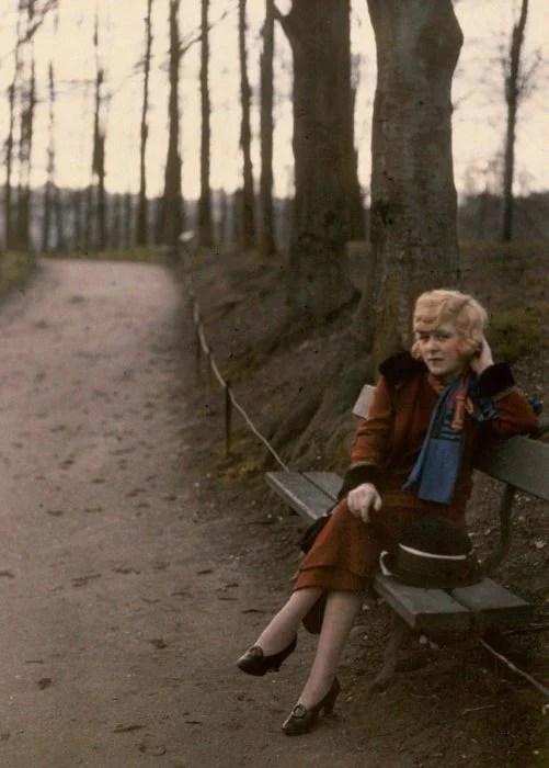 fotografía vieja de mujer sentada en un parque en Lyon