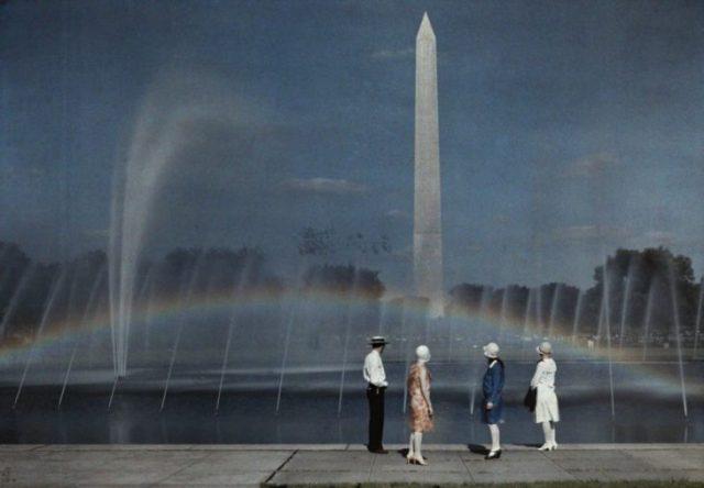 Turistas en Washington en 1935 admirando el monumento a Washington