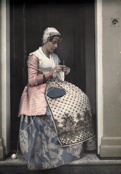 fotografía de un mujer vistiendo un traje clásica de Holanda